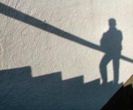 Schattenbild: Mensch geht Treppe hinauf