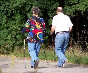 Frau und Mann beim Walken in der Natur