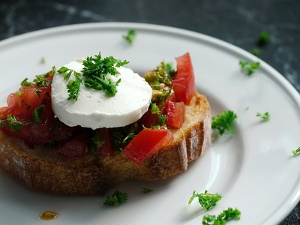 Kleiner Snack: Brot mit Tomaten und Mozzarella