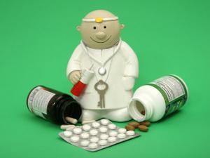 Kleine Arztpuppe mit Medikamenten